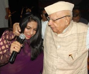 n d tiwari dances with female anchor at a programme in