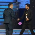 Shah Rukh and Salman Khan become friends at Star Guild Awards
