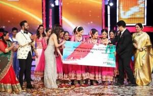 Ragini Makkhar and Naadyog members receiving IGT 5 Award